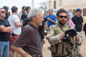 Clint Eastwood con Bradley Cooper en el rodaje de American Sniper